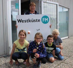 Magda, Emilia, Levin und Lasse mit Lehrerin Andrea Broecker