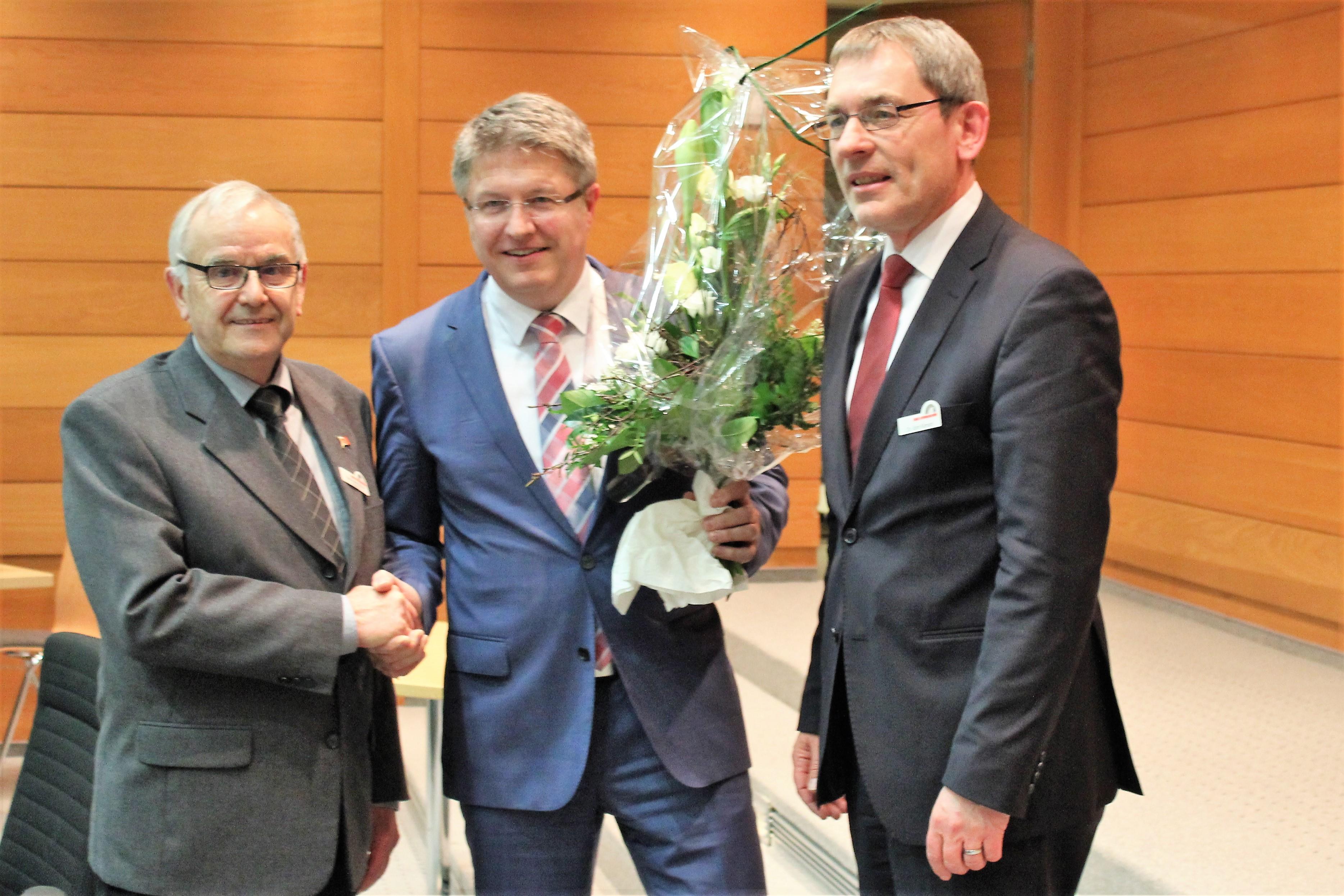 Stefan Mohrdieck (Mitte) wird Nachfolger von Landrat Dr. Jörn KLimant (rechts). Kreispräsident Hans-Harald Böttger gratuliert dem Gewinner. Foto Guballa